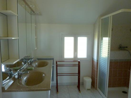 Salle d'eau RC - coté lavabos